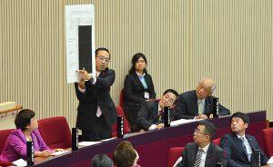 博多駅前の道路陥没事故の問題で市長を追及